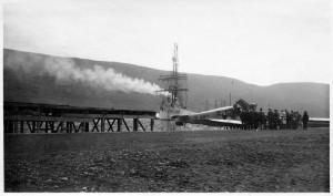 Rannsóknaskipið Pourquoi-Pas? sést hér á Pollinum við Akureyri, en í forgrunninum er póstflugvél Flugfélags Íslands. Myndin er sennilega tekin árið 1928.