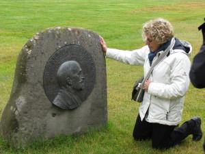 De kleindochter van J.B. Charcot, Mevrouw Anne-Marie Vallin-Charcot aan de voet van een bas-relief van Charcot in Ijsland.