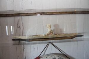 Ein grönländischer Kajak, der von Charcot gebracht und von Frau Vallin dem Museum geschenkt wurde